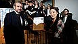 Sara Kim, Mendelssohn prizewinner in 2015 (first prize in the Viola category), receiving her award certificate from the SPK's president, Hermann Parzinger