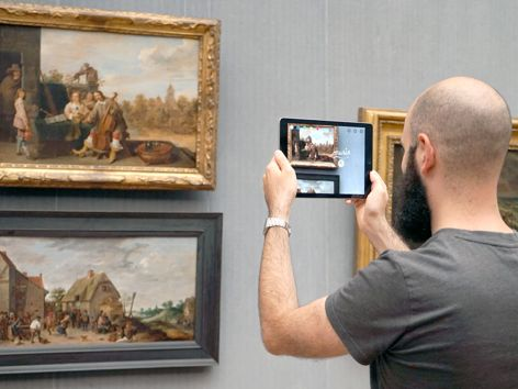 The prototype of an app that was developed as part of museum4punkt0 is being tested in the Gemäldegalerie.. ©  museum4punkt0 / Ceren Topcu