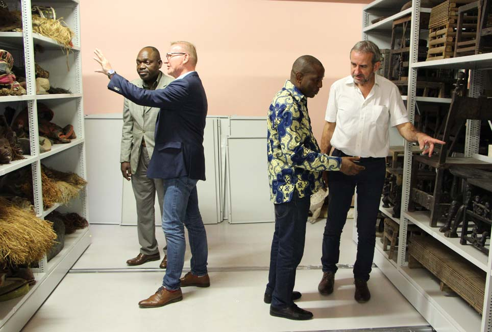 Museum director Álvaro Jorge shows Ziva Domingos, Hermann Parzinger, and Norbert Spitz his museum's modern storage facility.