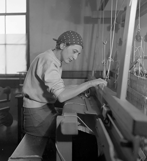 Anni Albers in ihrem Atelier im Black Mountain College, 1937
