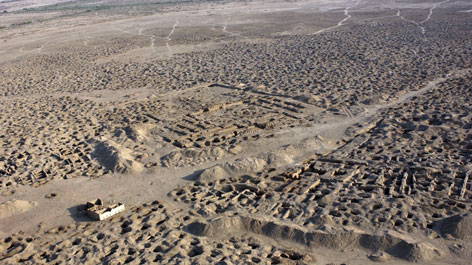 Aerial photo showing a looted archaeological site at Umma Tell Jokha in Iraq (Opens a larger version of the image)